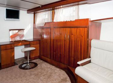 Туалетный столик в спальне на яхте Роял Марис - Yachts.ua
