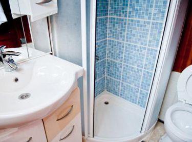 Умывальник и душ на яхте Роял Марис - Yachts.ua