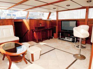 Интерьер салона с окнами на яхте Роял Марис - Yachts.ua
