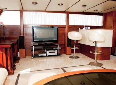 TV и барная стойка в салоне на яхте Роял Марис - Yachts.ua