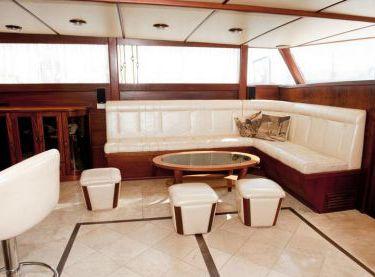 Кают-компания яхты Роял Марис - Yachts.ua