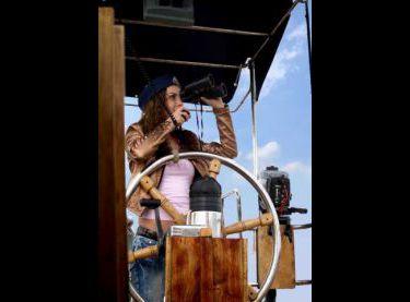Девушка за штурвалом яхты Гер Робин - Yachts.ua