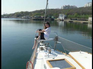 Девушка отдыхает на носу яхты Гер Робин - Yachts.ua