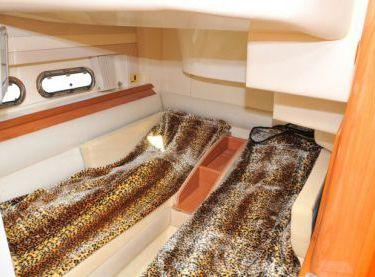 Гостевая каюта с одинарными кроватями на яхте Sealine F42/5 - Yachts.ua