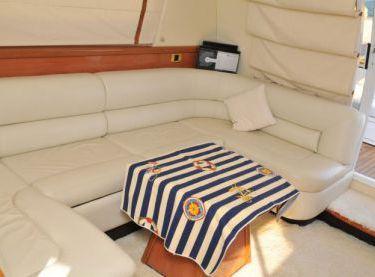 Диван и стол в салоне на моторной яхте Sealine F42/5 - Yachts.ua