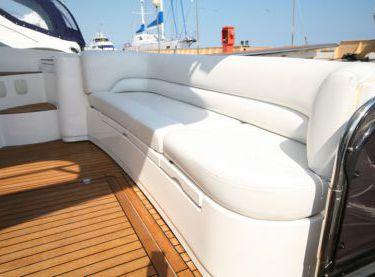 Кожаный диван в кокпите на яхте Sealine F42/5 - Yachts.ua