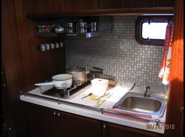 Плита и раковина на камбузе яхты Флавия - Yachts.ua