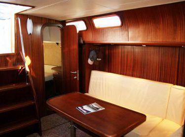 Салон внутри с мягким диваном и столом на яхте Флавия - Yachts.ua