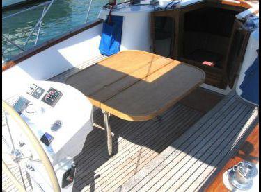 Кокпит покрытый тиком со столом на яхте Флавия - Yachts.ua