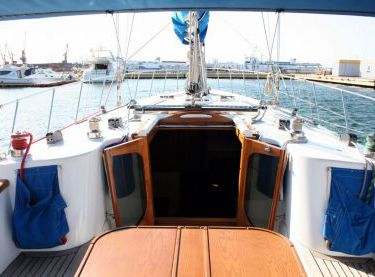 Вид с кокпита на нос на яхте Флавия - Yachts.ua