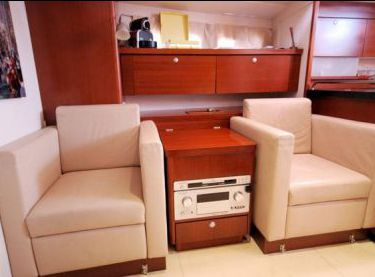 Кресла для отдыха в салоне яхты Hanse 540 - Yachts.ua