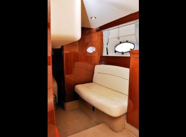 Белый кожаный диван при входе в кормовую каюту яхты Princess V42 - Yachts.ua