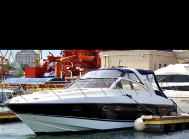Общий вид моторной яхты Princess V42 у причала - Yachts.ua