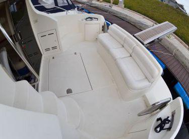 Полуоткрытая летняя площадка сзади на нижней палубе яхты Азимут 39 - Yachts.ua