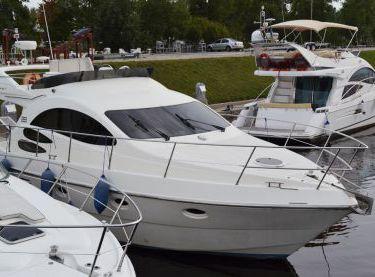 Моторная яхта Azimut 39 возле причала - Yachts.ua