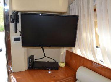 Плазменный телевизор в салоне на яхте Азимут 39 - Yachts.ua