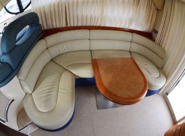 Кожаный диван и стол в салоне яхты Азимут 39 - Yachts.ua