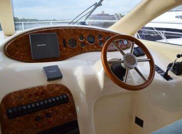 Пост управления яхтой Азимут 39 в салоне - Yachts.ua