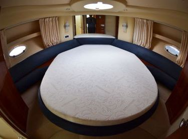 Носовая каюта с двухместной кроватью на яхте Азимут 39 - Yachts.ua