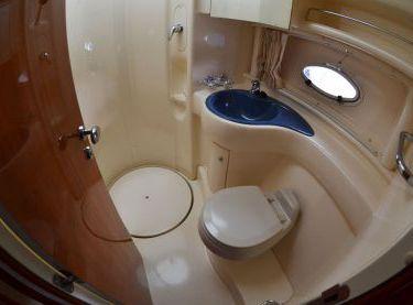 Санузел с душем на моторной яхте Азимут 39 - Yachts.ua