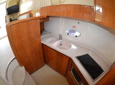 Кухня на моторной яхте Азимут 39 - Yachts.ua