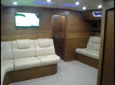 Кают-компания с белыми диванами на яхте Ольга 18 - Yachts.ua