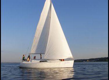 Яхта Эстра под парусами - Yachts.ua