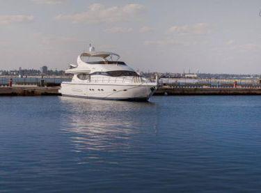 Вид на нос яхты RoyalLife - Yachts.ua