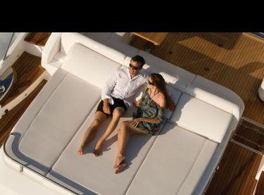 Места для отдыха в корме моторной яхты Princess V62 - Yachts.ua