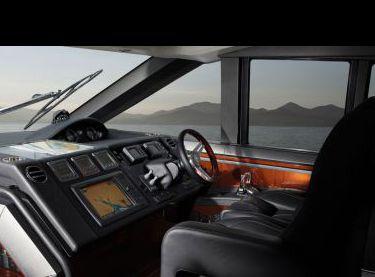 Пост управления яхтой в салоне Princess V62 - Yachts.ua