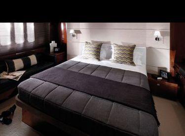 Кормовая каюта с двухместной кроватью на яхте Princess v62 - Yachts.ua