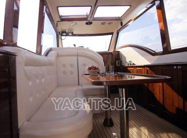Кают-компания с белым кожаным диваном на яхте Адмирал - Yachts.ua