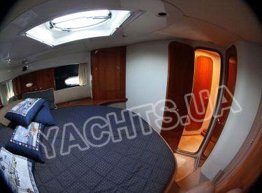 Вид на выход в основной каюте на яхте Кранчи 40 - Yachts.ua