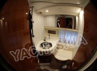 Умывальник в санузле в моторной яхте Кранчи 40 - Yachts.ua