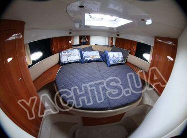 Носовая каюта с двухспальной кроватью на яхте Кранчи 40 - Yachts.ua
