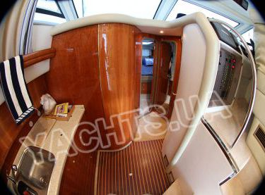 Вход в каюты на моторной яхте Кранчи 40 - Yachts.ua