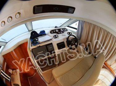 Основной пост управления яхтой Кранчи 40 в салоне - Yachts.ua