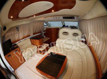 Внутреннее помещение салона моторной яхты Кранчи 40 - Yachts.ua