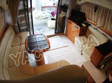 Кают-компания с диванами моторной яхты Кранчи 40 - Yachts.ua