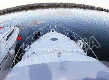Вид на носовую часть яхты Кранчи 40 с флайбриджа - Yachts.ua