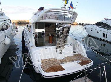 Вид сзади на моторную VIP яхту Кранчи 40 - Yachts.ua
