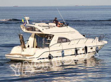 Общий вид сзади моторной яхты Кранчи 40 - Yachts.ua