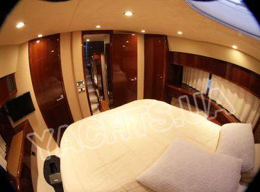 Носовая каюта на яхте Принцесс 50 вид на вход - Yachts.ua