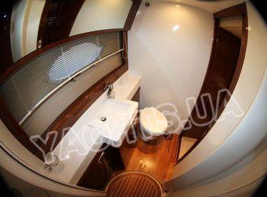 Санузел на моторной VIP яхте Принцесс 50 - Yachts.ua