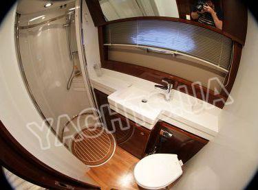 Душевая кабина на моторной яхте Принцесс 50 - Yachts.ua
