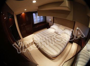 Кормовая каюта с двухместной кроватью на яхте Принцесс 50 - Yachts.ua