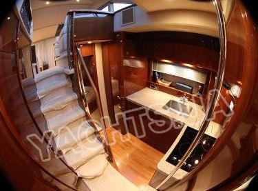 Спуск в камбуз с кают-компании яхты Принцесс 50 - Yachts.ua