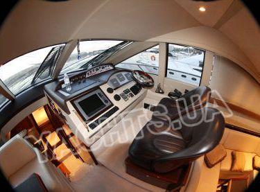 Капитанский мостик в закрытом салоне на яхте Принцесс 50 - Yachts.ua