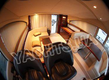 Двухуровневый закрытый салон на моторной яхте Принцесс 50 - Yachts.ua