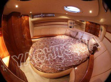 Носовая каюта на яхте Азимут 46 вид сбоку - Yachts.ua